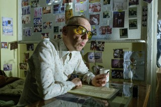 Spud (Ewen Bremner) writing and looking upwards for inspiration in TriStar PicturesÕ T2: TRAINSPOTTING